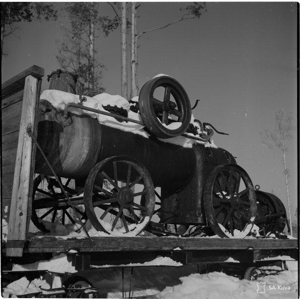 Ryssiltä evakuoimatta jäänyt voimakone vaunuun lastattuna kenttäradalla.