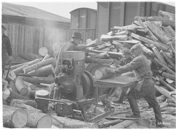 Veturin polttoaineeksi sahataan propseja. Huhti-Toukokuu 1942.