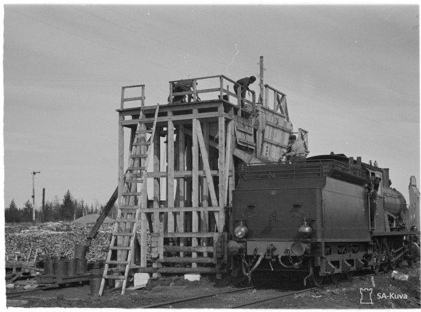Veturien hiilenottoa vintturilla, ryssät töissä. Huhti-Toukokuu 1942.