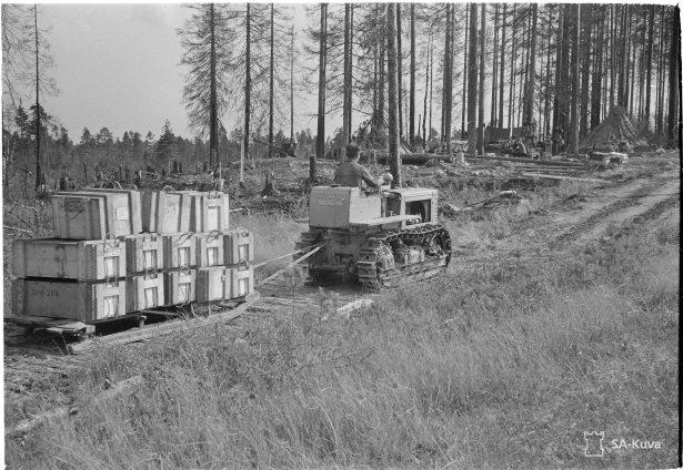 Kranaatteja Kuljetetaan suon yli traktorilla.